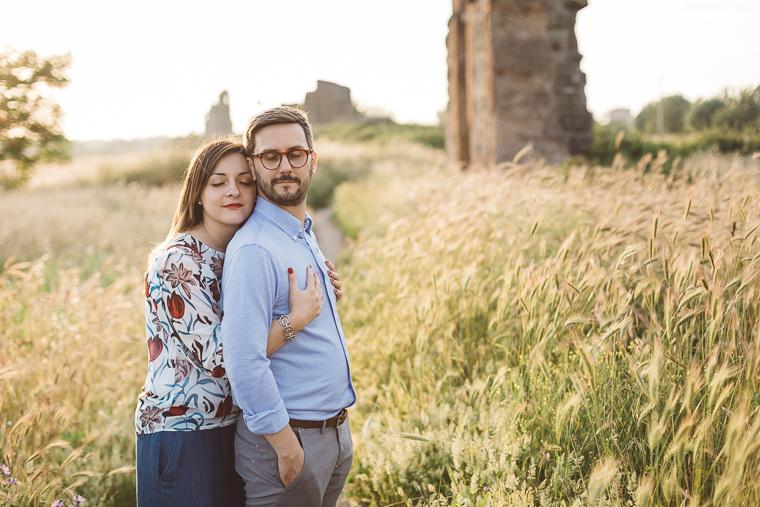 acquedotto romano, engagement, foto naturali, foto spontanea, fotografo matrimonio, Frosinone, Latina, parco, Parco degli acquedotti, prematrimoniale, prewedding, Roma, sole, sorrisi