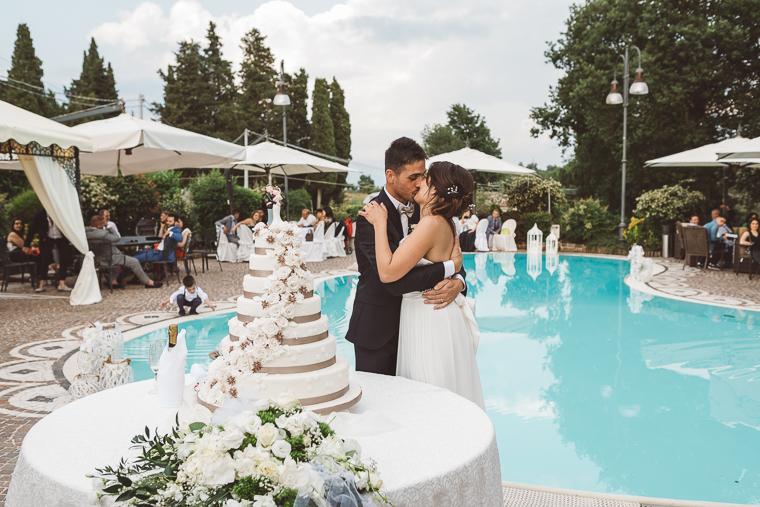 matrimonio, fotografo di matrimonio, wedding, abito da sposa, Frosinone, foto naturali, foto spontanea, emozioni, abito da sposa, ricevimento, Al Vecchio Casale, Pofi, torta nuziale, taglio della torta, brindisi, bacio