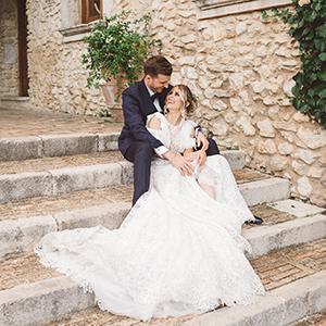 Sposi sorridenti durante il giorno del loro matrimonio a Villa Amorosa di Fumone